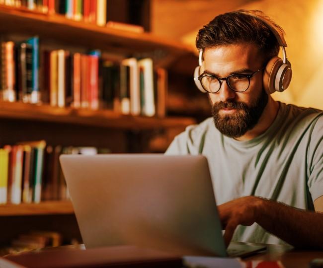 男子在笔记本电脑